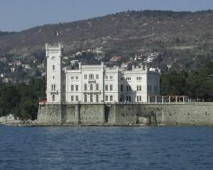 Vista dal mare del Castello di Miramare